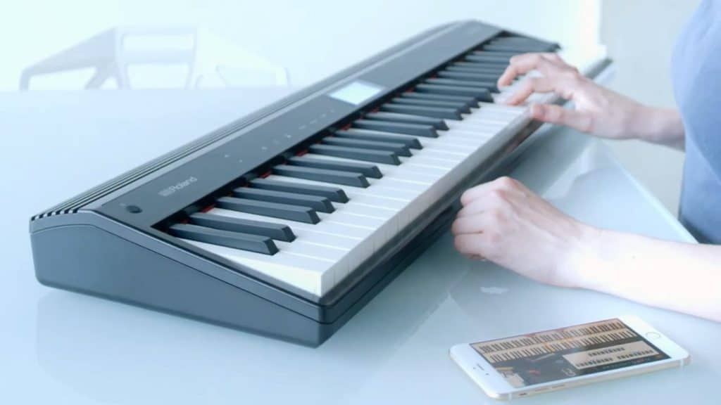 Learn piano online: Songs and piano lessons can be wirelessly transmitted to the Roland Go: Piano speakers via Bluetooth