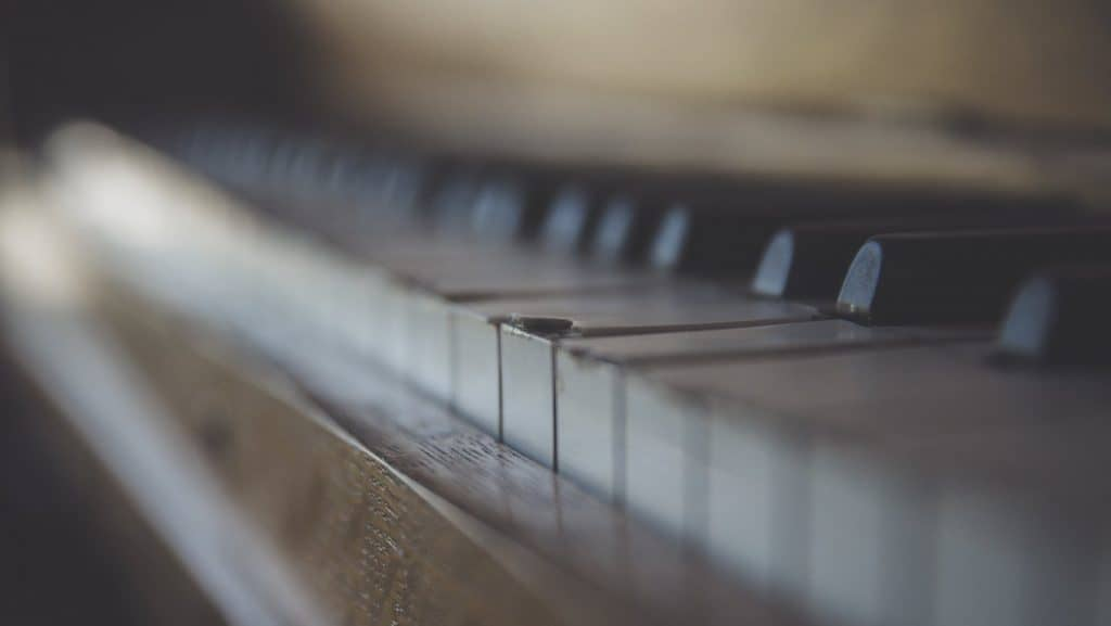 vintage-piano-ryan-holloway-168925-unsplash