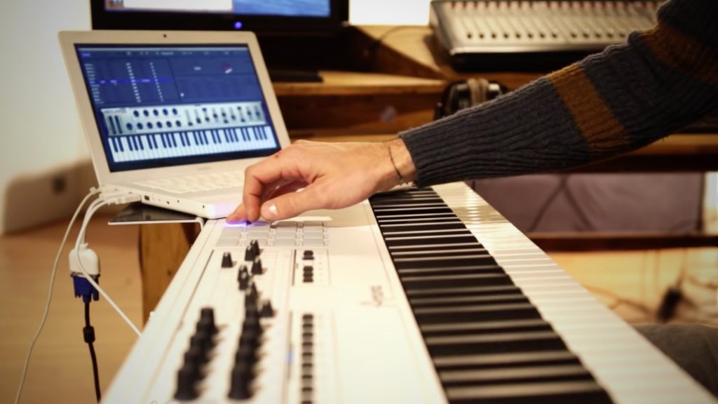 Masterkeyboard mit Musik-Laptop (Bild: Arturia)