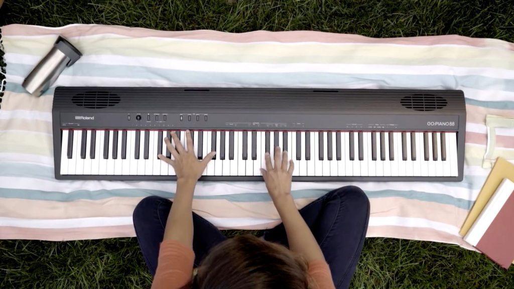 Piano spielen überall: Dank Batteriebetrieb ist der mobile Einsatz ohne Stromnetz möglich.