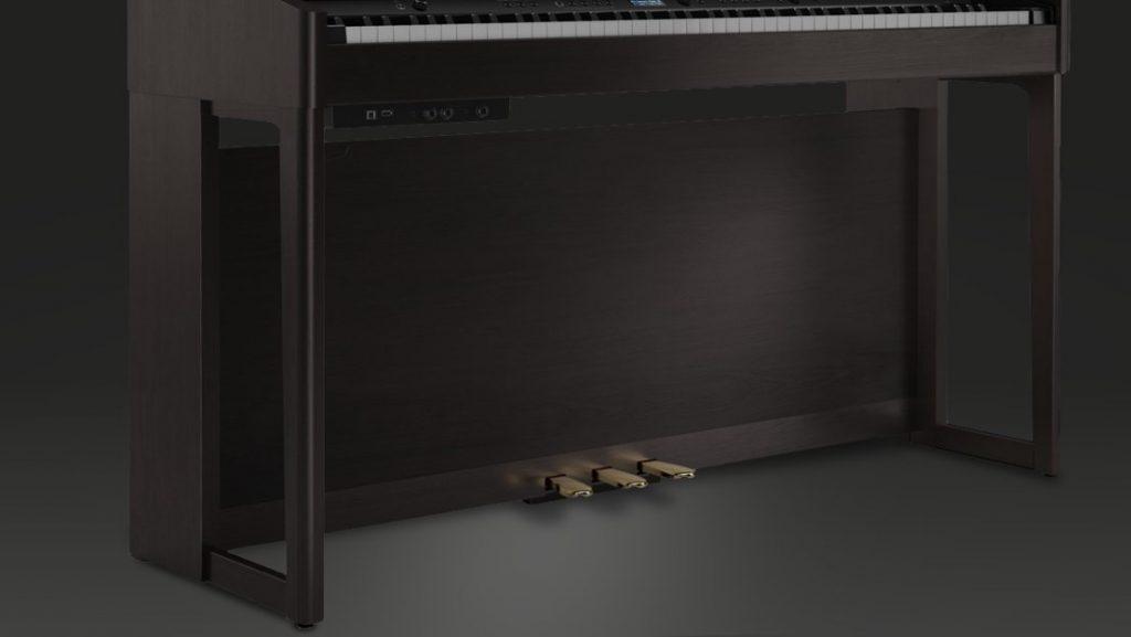 Ein cleverer Design-Trick: Die Rückwand-Holzplatte ist weiter vorne angebracht, sodass die drei Fußpedale direkt aus ihr herauszuragen scheinen. (Bildquelle: Roland)