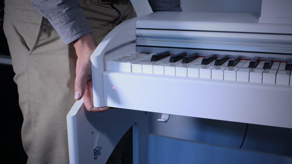 Sehr praktisch: Mit wenigen Handgriffen lässt sich das GEWA DP 340 G aus dem Stativ entfernen, um es als Portable Piano zu nutzen.