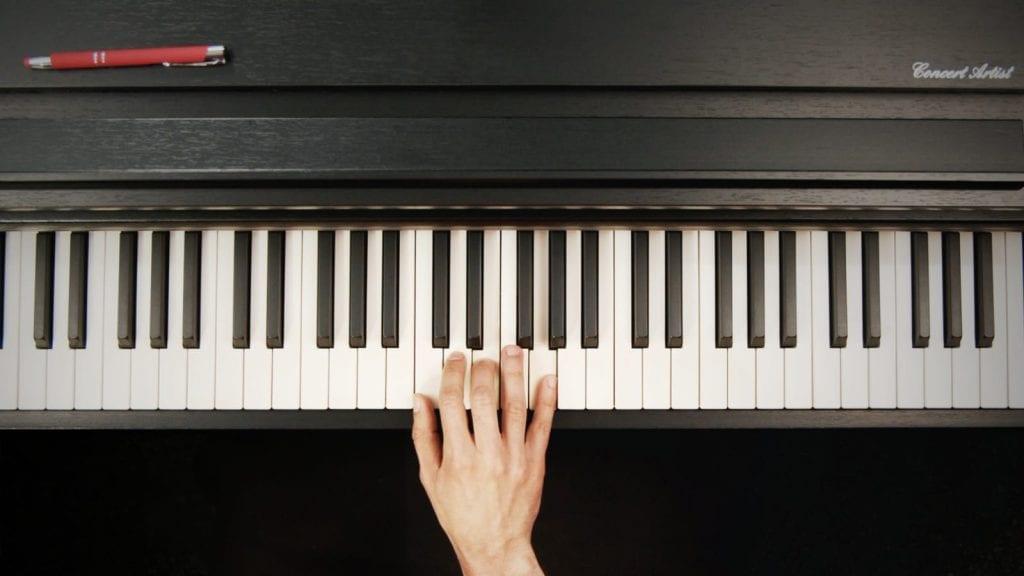 Fingerübungen am Klavier